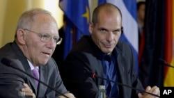 Bộ trưởng Tài chính Đức Wolfgang Schaeuble (trái) và Bộ tưởng Tài chính Hy Lạp Yanis Varoufakis nói chuyện tại cuộc họp báo chung ở Berlin, Đức, 5/2/15