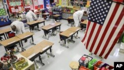 ARHIVA - Radnici čiste učionicu u osnovnoj školi u. Arnoldu u Mizuriju, ( Foto: Colter Peterson/St. Louis Post-Dispatch via AP)