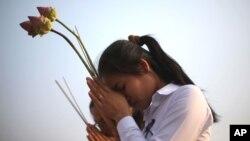 Hai cô gái thắp nhang cầu nguyện cho cựu Quốc vương Campuchia Norodom Sihanouk tại Phnom Penh, ngày 4/2/2013.