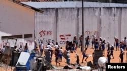 Des détenus lors des émeutes à la prison d'Alcacuz à Natal, dans l'état de Rio Grande do Norte, au Brésil, le 19 janvier 2017