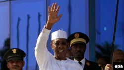 Idriss Déby Itno reçu par son homologue soudanais, Omar el-Bechir, à Katrhoum, Soudan, 8 mars 2016. epa/MORWAN ALI
