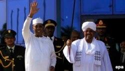 Idriss Deby Itno président réélu au Tchad. Il était reçu par son homologue soudanais, Omar el-Bechri, à Katrhoum, Soudan, 8 mars 2016. EPA/MORWAN ALI