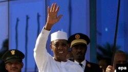 Idriss Deby Itno président réélu au Tchad. Il était reçu par son homologue soudanais, Omar el-Béchir, à Katrhoum, Soudan, 8 mars 2016. epa/MORWAN ALI