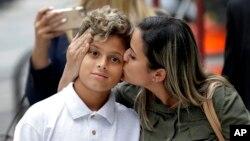 Sirley Silveira Paixao, une immigrante brésilienne, demandeuse d'asile, embrasse son fils de dix ans, Diego Magalhaes, après la libération de Diego de sa détention à Chicago, le 05 juillet 2018.
