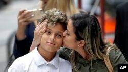 En esta foto del 5 de julio de 2018, Sirley Silveira Paixao, una inmigrante de Brasil en busca de asilo, besa a su hijo Diego Magalhaes, de 10 años, después de que Diego fuera liberado de un centro de detención de inmigrantes en Chicago. Una jueza federal de California desestimó el lunes 9 de julio un pedido del gobierno de EE.UU. para extender el tiempo que los niños inmigrantes pueden permanecer detenidos.
