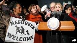 眾議員少數黨領袖佩洛西(左二)與參議院少數黨領袖舒默(右三)1月30日高院前為難民問題反對川普的行政命令。