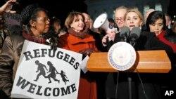 Từ trái: Dân biểu Sheila Jackson Lee, lãnh tụ khối thiểu số ở Hạ viện Nancy Pelosi, Farah Amer Kamal từ Iraq cùng lãnh tụ khối thiểu số ở Thượng viện Chuck Schumer và các nhà lập pháp khác đứng trước Tối cao Pháp viện phản đối sắc lệnh hành pháp của Tổng thống Donald Trump, 30/1/2017.