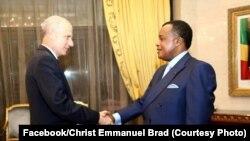 Président Denis Sassou N'Guesso (g) na masolo na ambassadeur ya Etats-Unis, Todd Haskell, na Brazzaville, 19 juin 2019. (Facebook/Christ Emmanuel Brad)