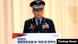 정경두 신임 합참의장이 20일 한국 국방부에서 열린 합참의장 이ㆍ취임식 행사에서 취임사를 하고 있다.
