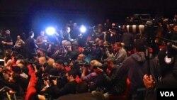 全球数百名记者到场采访(美国之音国符拍摄)