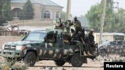 L'armée nigériane sécurise une zone où un homme a été tué par des militants présumés lors d'une attaque dans la région de Polo à Maiduguri, au Nigeria, le 16 février 2019.