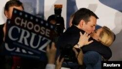 1일 미국 아이오와 주에서 열린 당원대회에서 공화당의 테드 크루즈 후보가 도널드 트럼프 후보를 누르고 승리했다. 승리를 확정한 후 크로즈 후보가 아내에게 입맞추고 있다.