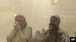 世界贸易中心爆炸现场:人们捂着嘴烟从雾碎片街灰瓦砾中逃离