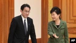 د جنوبي کوریا ولسمشره پارک گوینهې (ښی لور) او د جاپان د بهرنیو چارو وزیر فومیو کیشیدا (کیڼ لور)