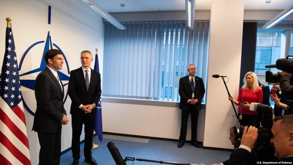 美国国防部长埃斯珀与北约秘书长斯托尔滕贝格2020年2月12日在布鲁塞尔共同见记者(美国国防部照片)(photo:VOA)