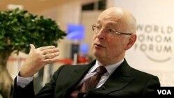 Ekonom Swiss dan pendiri Forum Ekonomi Dunia, Klaus Schwab memberikan penjelasan di Davos, Selasa (25/1).
