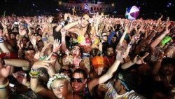 شرکت هزاران جوان و نوجوان در کارناوال صلح و موسیقی الکترونیکی گل فتاب گردان