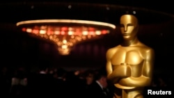 """Patung Piala Oscar menghiasi sebuah ruangan tempat diselenggarakannya pesta perhelatan akbar insan film """"Academy Award"""" ke-85 di Hollywood, California, 24 Februari 2013 (Foto: dok)."""