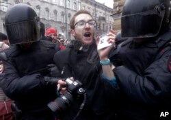 俄罗斯镇暴警察2017年3月26日在圣彼得堡的群众示威活动中带走并拘禁一名记者。
