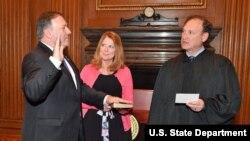 Le juge de la Cour suprême Samuel Alito (à dr.), lors de la prestation de serment de Mike Pompeo, secrétaire d'État américain, à Washington, le 26 avril 2018.