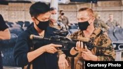 Tentara angkatan laut AS keturunan Surabaya, Jovan Zachary Winarno, saat sedang latihan menembak (dok: Jovan)