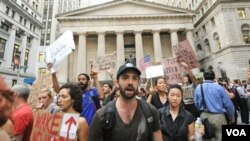 "Para demonstran aksi ""Pendudukan Wall Street"" di Manhattan, New York terus melakukan unjuk rasa yang sudah berlangsung dua minggu."