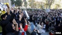 عکس آرشیوی از تجمع دانشجویی در دانشگاه تهران - ۱۸ آذر ۱۳۸۶