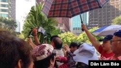 Vòng hoa tưởng niệm người Việt thiệt mạng trong chiến tranh biên giới Việt - Trung bị giật xuống (ảnh: Danlambao).