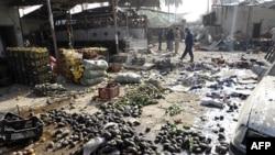 Dân địa phương và binh sĩ Iraq tại hiện trường vụ nổ bom ở thị trấn Khalis, cách Baghdad 80km về phía bắc