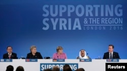 从左到右:联合国秘书长潘基文,挪威首相索尔伯格, 德国总理默克尔和科威特埃米尔谢赫萨巴赫在伦敦召开的叙利亚国际捐助国会议上倾听英国首相卡梅伦的讲话。 (2016年2月4日)