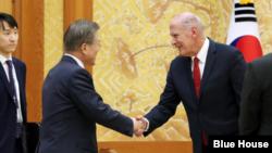 문재인 한국 대통령이 20일 청와대에서 댄 코츠 미국 국가정보국(DNI)국장을 접견하고 있다.