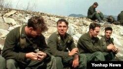 1983년 3월 팀스피리트 훈련 중 휴식하는 미군 병사들.