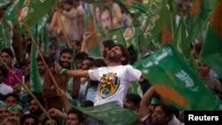 Các ủng hộ viên đảng Hồi giáo Pakistan (PML-N) ăn mừng chiến thắng của ông Nawaz Sharif tại Islamabad.