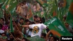 Eski Başbakan Navaz Şerif'in yandaşları seçim zaferini kutlarken