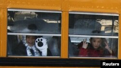 Trẻ em từ trường tiểu Sandy Hook trên đường đến trường mới ở thị trấn Monroe ở kế cận, ngày 3/1/2013.