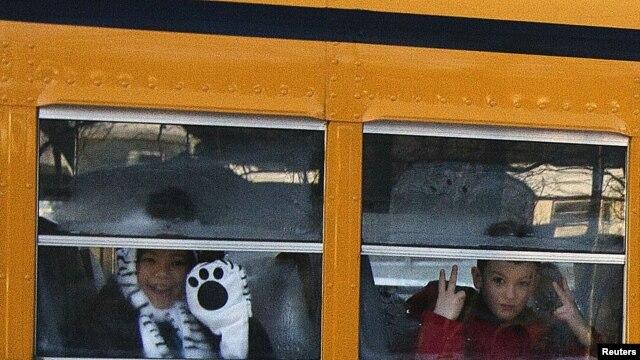 Deca iz osnovne škole Sendi Huk na putu ka novoj školi u Monrou, 3. januara 2013.