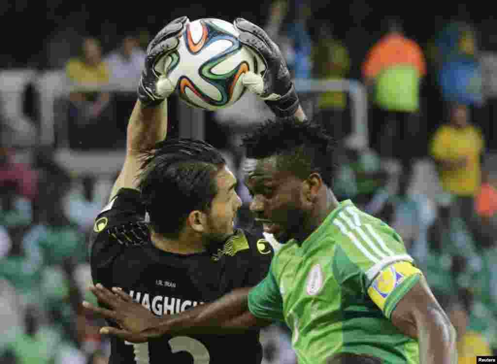 İran komandasının oyunçusu Əlirza Həqiqi və Nigeriya komadasının oyunçusu Cozef Yobo - 16 iyun, 2014