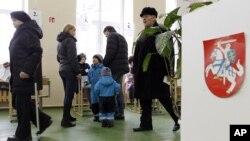 Suasana di salah satu TPS di Vilnius, Lithuania (28/10). Pemilu parlemen Lithuania dimenangkan oleh partai-partai oposisi yang berkoalisi, dan akan membentuk pemerintahan baru Lithuania hari ini.
