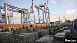 이스라엘 해군 선박에 나포된 로켓포등을 적재한 이란의 무기 공급 선박 (자료사진)