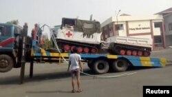 Sebuah kendaraan PMI diangkut dengan truk di Palu, Sulawesi Tengah, Indonesia, 3 Oktober 2018. (Foto: Palang Merah Indonesia (PMI) / via REUTERS)