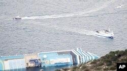 """意大利郵輪""""歌詩達協和號""""的船身星期三仍然傾覆在海上。"""