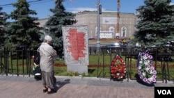莫斯科市中心前克格勃總部大樓前廣場上的顯示牌,詳細介紹斯大林時代莫斯科市民曾遭受的迫害。