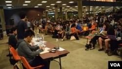 近百名学生参与4间大学退联行动组及关注组与学联代表的联合论坛。(美国之音汤惠芸摄)