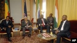 La delegation de la CEDEAO en entretien avec le President sortant de la Cote d'Ivoire, Laurent Gbagbo, right, au Palais Presidentiel a Abidjan, 28 Dec 2010. De droite a gauche: le President du Benin President Boni Yayi, le President de Cape Vert Pedro Pi