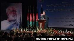 افغان صدر حامد کرزۍ کابل کې د صمدخان اڅکزي د تلین په لړ کې یوې دستورې ته وینا کوي
