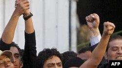 Wael Ghonim, 30 tuổi (giữa) đã đóng một vai trò quan trọng trong việc tổ chức 18 ngày biểu tình trên toàn quốc chống chính phủ đã buộc ông Mubarak phải từ chức và trao quyền cho quân đội sau hơn 30 năm giữ chức