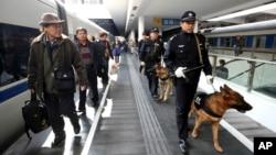 중국 광둥성 선전 기차역에서 경찰이 플랫폼을 순찰하고 있다. (자료사진)