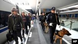 中国武警在深圳火车站巡逻