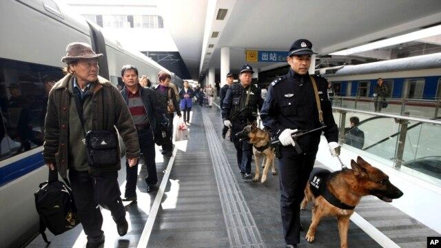 中国武警在深圳火车站巡逻。 (资料照片)