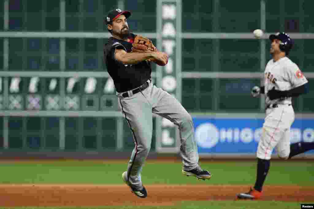 Un jagadazo del tercera base Anthony Rendón retira al 'center fielder' Jake Marisnick en una segunda noche infausta para los Astros en la Serie Mundial, el 23 de octubre 2019. Reuters.